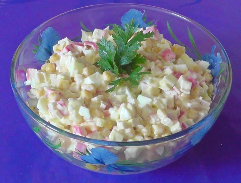 Крабовые палочки появились в россии конца х годов и с тех пор стали излюбленным ингредиентом для салатов у современных хозяюшек.